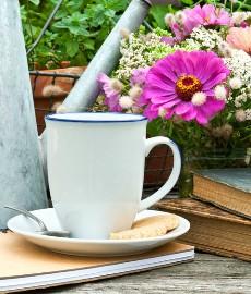 Kaffeetasse und Bücher