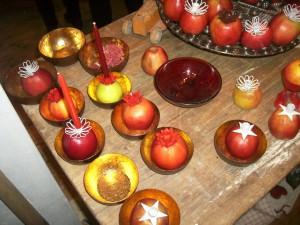 Ein weihnachtliches Tischgesteck und dazu noch etwas fruchtige Deko?