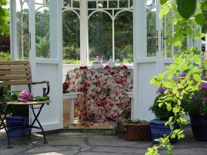 Den Sommer ganz einfach verlängern und auch im Frühling und Herbst im Garten sitzen. Ein Pavillon macht`s möglich.