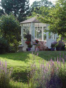 """Das Tüpfelchen auf dem """"i"""" ist solch ein WOGA Pavillon. Er macht den Garten noch schöner!"""
