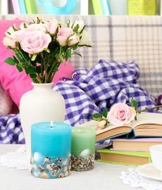 Bücher, Kerzen und Blumen