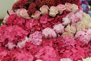 Blumenherzen und andere florale Arrangements erfreuen das Auge